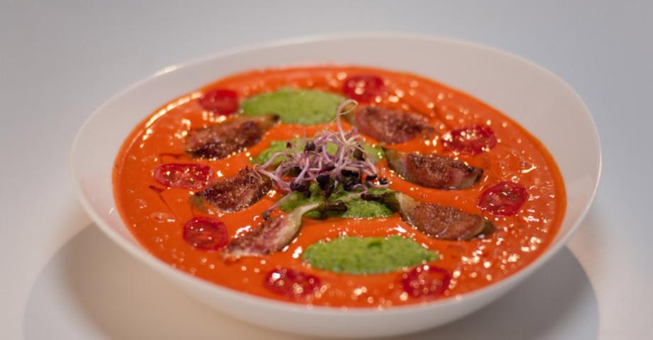 Гладкий суп с томатами черри, инжиром и мятным горошком