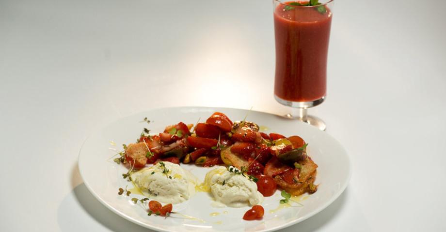 Салат из томатов с клубникой